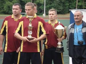 Leszek Fogt  (z prawej) i zdobyte trofea